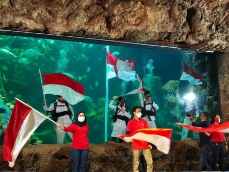 HUT ke-76 RI, Ancol Gelar Upacara Pengibaran Bendera Dalam Air.