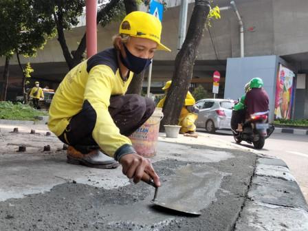 Sudin Bina Marga Jaksel Perbaiki Trotoar dan Tali Air di Jalan Gatot Subroto