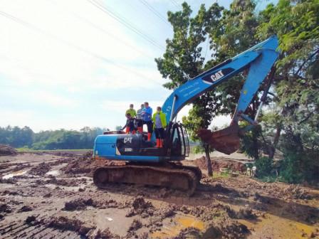East Jakarta Mayor Monitors Dredging Work at Pondok Ranggon Reservoir