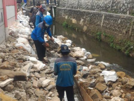 Sudin SDA Jaksel Perbaiki Turap Ambrol di Jati Padang