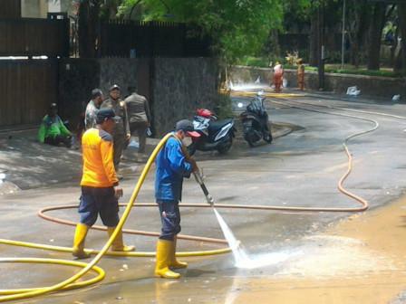 Tiga Unit Armada Pemadam Dikerahkan Bersihkan Lumpur di Perumahan Kemang Jaya