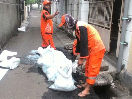 Water Channel on Jl. Lingkar Pasar Rumput Cleaned