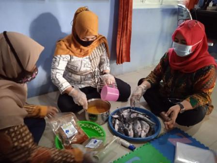 RPTRA Sunter Jaya Berseri Luncurkan Produk Olahan Ikan Lele