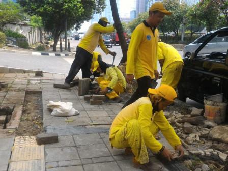 Sudin Bina Marga Jaksel Tata Trotoar di Jalan Gatot Subroto
