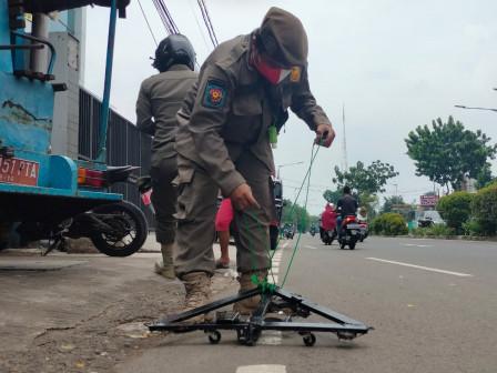 Satpol PP Bersihkan Paku di Jalan Joglo Raya