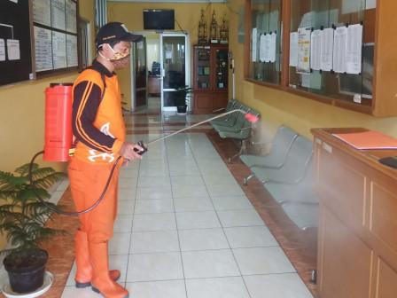 Petugas PPSU Disinfeksi Kantor Kelurahan Pulau Tidung
