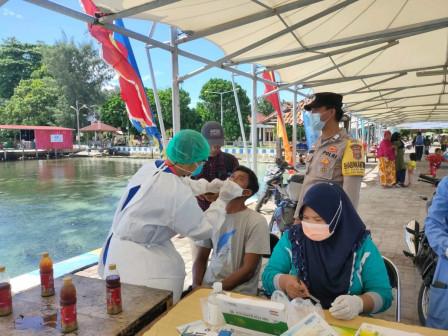 Sembilan Penumpang Tujuan Pulau Pramuka Ikut Tes Usap Antigen