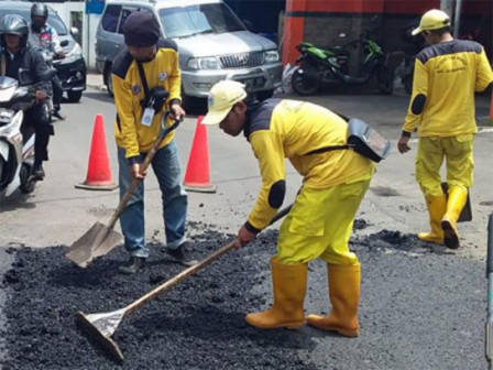36 Damaged Road Points in Central Jakarta Being Repaired