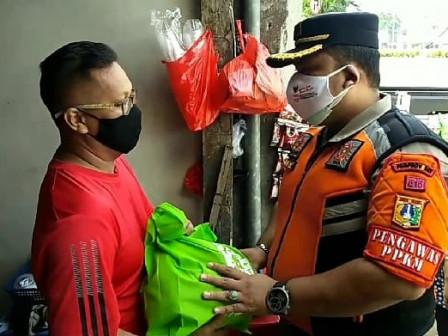 Satpol PP Bungur Salurkan 50 Paket Sembako Bagi Pedagang