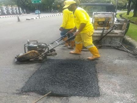 Bina Marga Repairs Potholes Along Jalan Medan Merdeka Barat Today