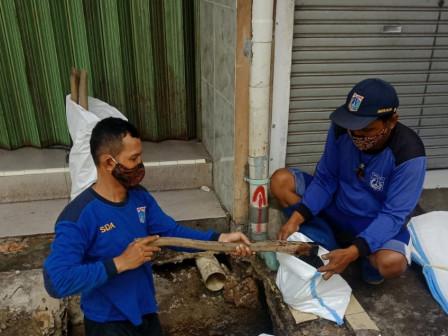 Sudin SDA Jaksel Kuras Saluran di Jalan Tegal Parang Utara