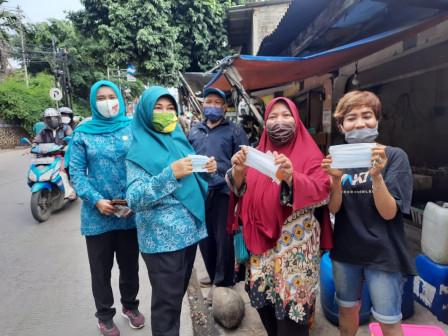 Kader TP PKK Ciracas Bagikan 600 Masker