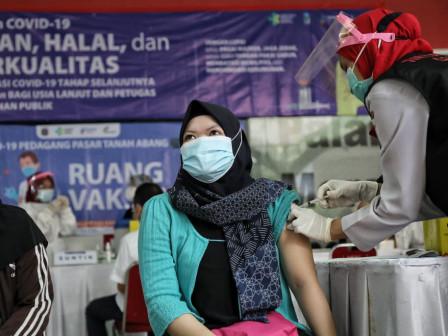 Anies Tinjau Pelaksanaan Vaksinasi Massal di Pasar Tanah Abang