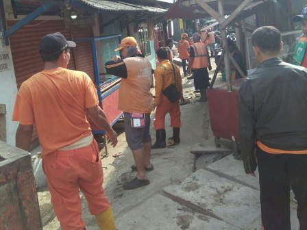 Sheet Piles in Penjaringan Cleaned From Mud and Garbage