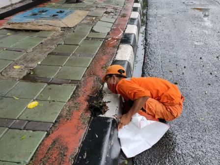 Tali Air di Jl Gatot Subroto Dibersihkan