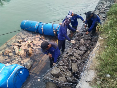 Tanggul Pembatas Pulau Lancang Dipasang Bronjong Kawat