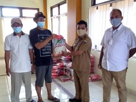 897 Warga Cipinang Muara Mendapatkan Bantuan Sembako