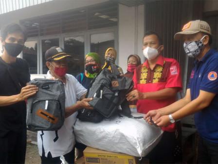 August Hamonangan Berikan Bantuan Korban Kebaran di Menteng Dalam