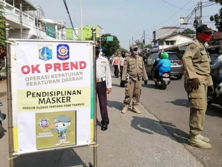 Tak Gunakan Masker, 221 Warga di Pasar Rebo Ditindak