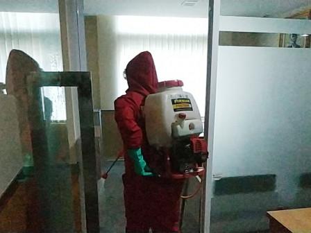 Dinas Gulkarmat Lakukan Penyemprotan Disinfektan di Gedung DPRD DKI