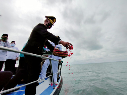 Thousand Islands Forkopimda Holds Joint Prayers and Flower Sowing in Lancang Island Waters