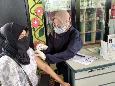 120 Warga Nikmati Layanan Vaksinasi Mobile di RPTRA Cempaka Sari Cakung Barat