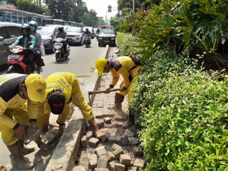 Bina Marga Unit Repairs Sidewalk on Jl. Galunggung Setiabudi