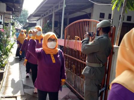 20 Personel Gabungan Sosialisasikan PPKM di Cipinang