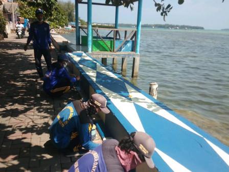 Tanggul di Jalan Lingkar Sisi Utara Pulau Harapan Dicat