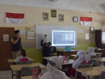 Kunjungi SDN 06 Pagi Kapuk, Walikota Jakbar Apresiasi Prokes yang Ketat