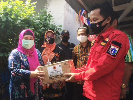 Commission A Member Gives Social Aid to Farmer Group in Pela Mampang