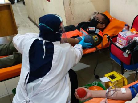 Satpol PP dan PJLP di Jakpus Donor Darah