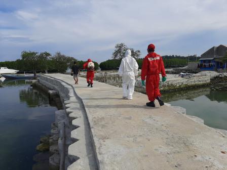Petugas Gulkarmat Disinfeksi Sapras di Dermaga Utama Pulau Kelapa