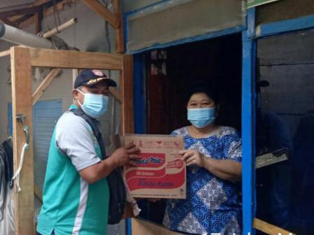 Kelurahan Pinangsia Dapatkan 24 Paket Sembako Untuk Warga Yang Isoman