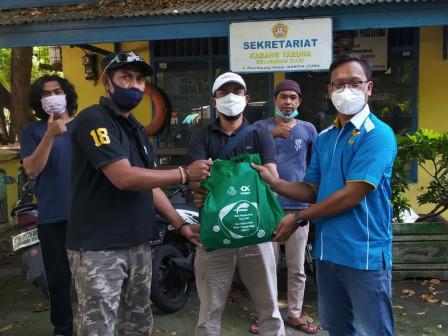 KNPI Jakut Distribusikan Bantuan Paket Ikan ke Warga