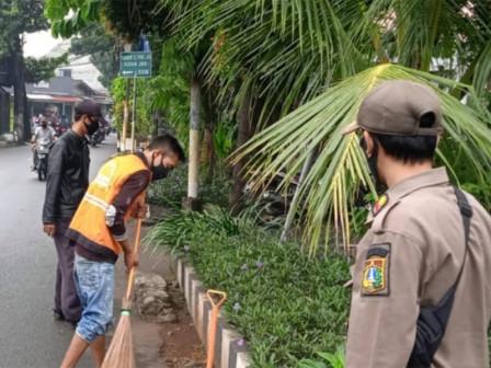 Lima Pelanggar PPKM Disanksi Sosial di Kalisari