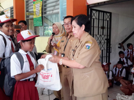 Fish Processed Food Packages Distributed to 760 Elementary Students in W. Jakarta