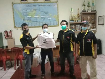 Rekan Indonesia Distribusikan Makanan Siap Santap Bagi Warga Isolasi Mandiri di Jaktim