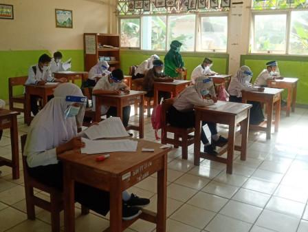 Senangnya Khonita Farjanah Bisa Belajar Tatap Muka di Sekolah