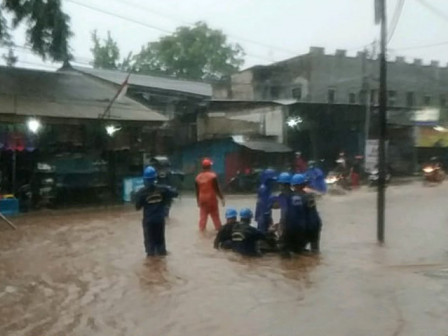 22 Personnel Alerted to Handle Puddles on Jalan Raya Jambore Cibubur