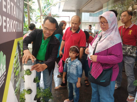 Local Residents Throng to Balkot Farm Booth at City Hall