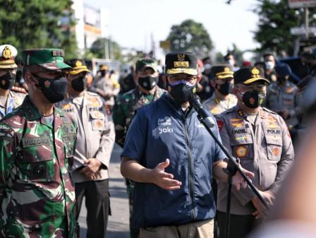 Pantau Pos Penyekatan Bersama Forkopimda, Gubernur Anies Imbau Warga Kurangi Mobilitas