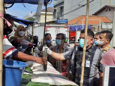 Food Inspection, Personnel Take Milkfish Samples on Jl. Sulaiman