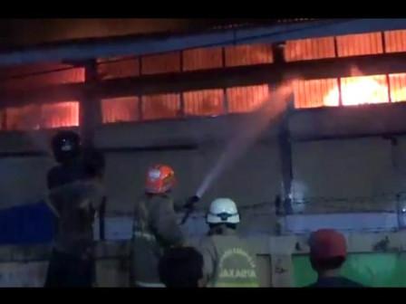 12 Mobil Pemadam Atasi Kebakaran Gudang Farmasi Dinkes DKI di Pondok Bambu