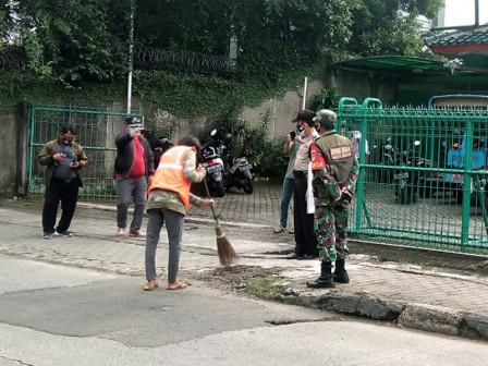 Satpoll Jaksel Tertibkan 33 Pelanggar Dalam Giat Tibmask di Jalan Pahlawan