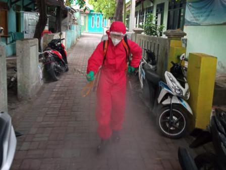 Petugas Disinfeksi Jalan Lingkungan Warga Pulau Tidung