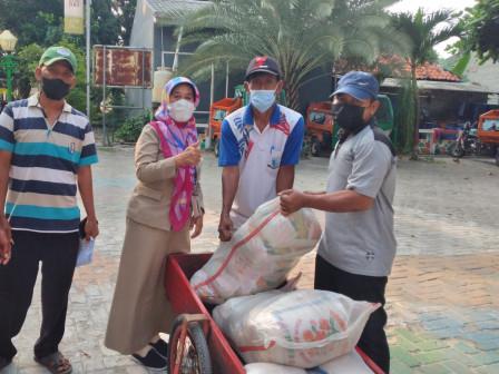 UKT 1 Kepulauan Seribu Serahkan Bantuan Beras Bagi KPM Kelurahan Pulau Panggang
