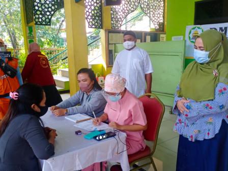 Vaksinasi COVID-19 Keliling Rumah Ibadah di Jaktim, Warga Antusias