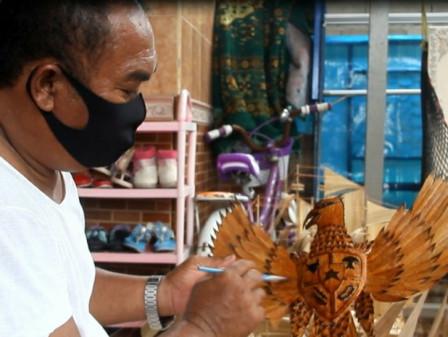 Pengrajin Souvenir Di Pulau Kelapa Manfaatkan Barang Bekas Jadi Bernilai Ekonomis