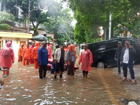 Central Jakarta Vice Mayor Monitors Flood Victims Evacuation